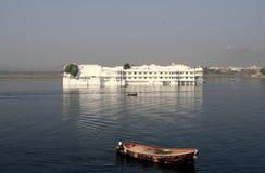 浮动的印度湖宫殿udaipur 库存照片