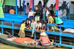 浮动的树汁学校tonle村庄 图库摄影
