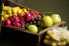 浮动的水果市场 免版税库存照片