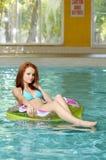 浮动的池游泳妇女年轻人 免版税库存图片
