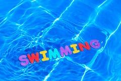 浮动的池游泳字 免版税库存照片