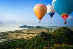浮动至天空的热空气气球 免版税库存照片