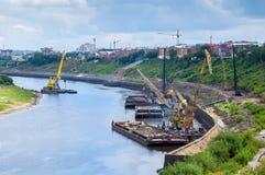 浮动起重机和打桩机器在驳船 免版税库存照片