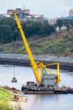 浮动起重机提取沙子 秋明州 俄国 库存图片