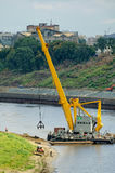 浮动起重机提取沙子 秋明州 俄国 图库摄影