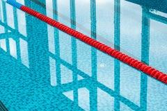 浮动运输路线被限制的池游泳 免版税库存照片