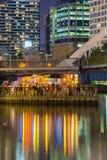 浮动酒吧充分人在墨尔本在晚上 图库摄影