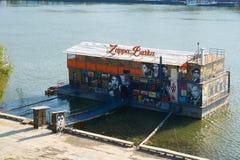 浮动餐馆和俱乐部在萨瓦河在贝尔格莱德 库存照片
