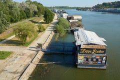 浮动餐馆和俱乐部在萨瓦河在贝尔格莱德 免版税库存图片