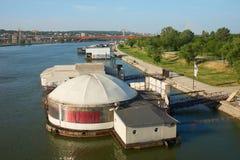 浮动餐馆和俱乐部在萨瓦河在贝尔格莱德 图库摄影