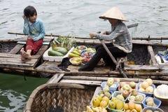 浮动ha买多市场越南的海湾 免版税库存图片