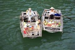 浮动ha买多市场越南的海湾 免版税图库摄影