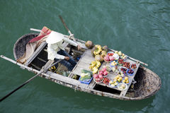 浮动ha买多市场越南的海湾 免版税库存照片