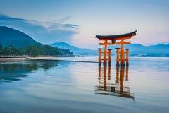 浮动Torii门在宫岛,日本 免版税库存图片