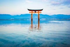 浮动Torii门在宫岛,日本 库存图片