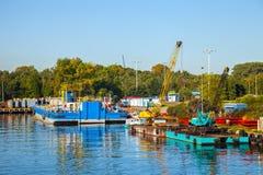 浮方船和起重机 免版税库存图片