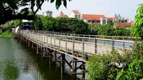 浮桥被紧贴在树剪影下 免版税库存照片