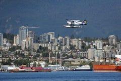 浮游物平面离开在温哥华,加拿大 免版税库存照片