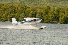 浮游物飞机或水上飞机离开 免版税库存图片