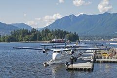 浮游物飞机靠码头在码头 免版税库存照片