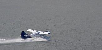 浮游物飞机离开 免版税库存照片