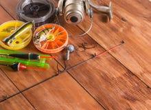 浮游物,转动和箱子有诱饵的在木背景 免版税库存图片