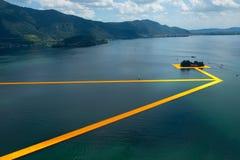浮码头 在湖Iseo的艺术家Christo走道 库存图片