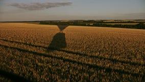 浮空器中断在麦田在日落时间 影视素材