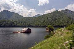 浮船在Vacha水坝,德温自治市,南保加利亚安置 免版税库存照片