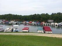 浮船小船在Grason湖的小游艇船坞在肯塔基 免版税库存照片