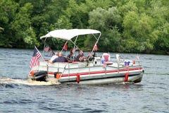 浮船的人们在庆祝美国独立日的河的游行,美国独立纪念日 库存图片