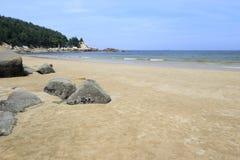 浯屿与岩石的海岛海滩 免版税库存照片
