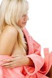浴巾金发碧眼的女人放松 免版税库存照片