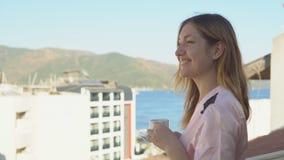 浴巾饮用的茶的美丽的少妇 股票视频