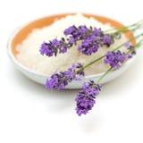 浴开花淡紫色盐 库存照片