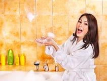浴泡影采取妇女 库存照片
