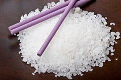 浴淡紫色盐海运棍子 库存图片