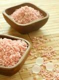 浴滚保龄球木桃红色的盐 免版税库存图片