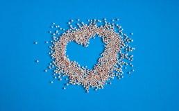 浴珍珠的心脏在蓝色背景的 免版税库存照片