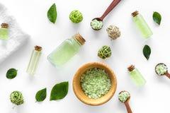 浴的绿色有机盐用在白色背景顶视图的薄菏 免版税库存照片