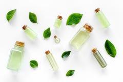 浴的绿色有机盐用在白色背景顶视图的薄菏 库存照片