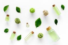 浴的绿色有机盐用在白色背景顶视图的薄菏 免版税库存图片