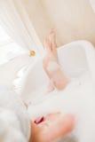 浴相当松弛采取的妇女 免版税库存照片