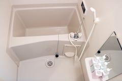 浴缸在一个小卫生间里 库存图片