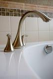 浴缸掠过的龙头不锈钢 库存图片