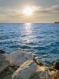 海视图,与白色石头、蓝色海和清楚的天空 免版税库存照片