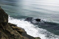 海†‹â€ ‹波浪洗涤小卵石黄色海滩  免版税库存照片