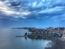 海、天空和镇 库存照片