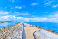海、天空和长凳在冲绳岛 图库摄影