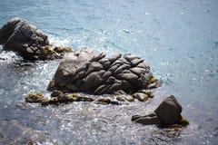 海、太阳和岩石 免版税库存照片
